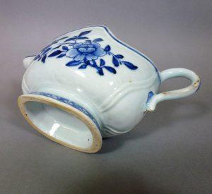 Chinese Qianlong Porcelain Sauce Boat - Wave Shape