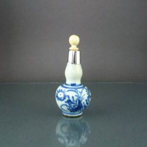 Chinese Kangxi Period Snuff Bottle – Floral